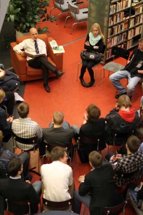 Rehtori Ranki ja satupaja.Rehtori Ari Ranki luki opiskelijoille satuja kirjastossa. Satupaja saavutti suuren suosion.