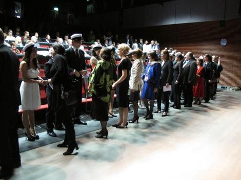 Tilun yo-juhla 7.12.2012.Juhlan lopuksi opettajat onnittelivat uusia ylioppilaita. Kuva: Heli Toivonen.