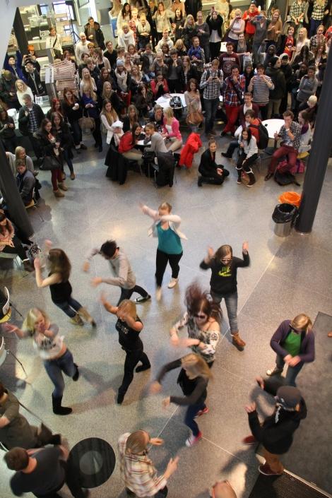 Tilun tutoreiden flash mob 17.12.2012 sai valtaisat aplodit ala-aulaan kerääntyneiltä tilulaisilta. Kuva: Antti Pentikäinen.