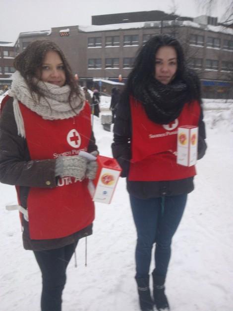 UE 3 -kurssilaiset Maiju Kettunen ja Roosa Pöllönen keräsivät rahaa hyvään tarkoitukseen Tikkurilassa. Kuva: Maijaleena Kupiainen.