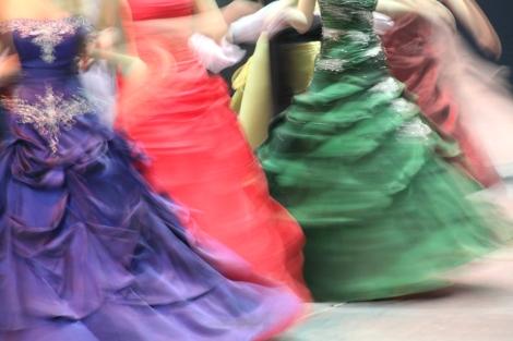 Tärkeä osa wanhojen tansseja on ikäluokan oma tanssi. Upeat puvut tuovat tapahtumaan juhlavuutta. Kuva: Antti Pentikäinen.