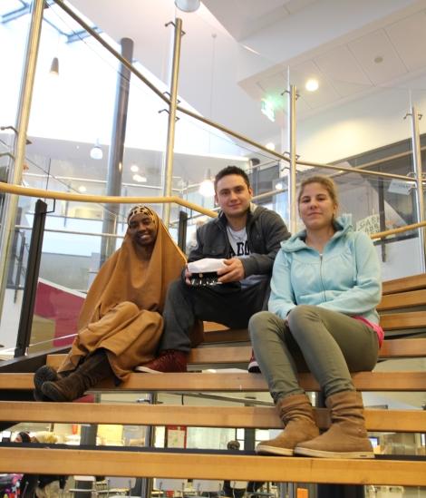 Ahmed Khadan, Pavel Savin ja Marlen Griffel ovat pääosissa Tikkurilan lukiossa kuvatussa dokumentissa Sankariainesta - kolmen lukiolaisen tarina. Kuva: Lari Koponen.