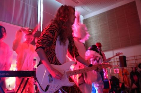 Salin lavalla oli hillitön meno. Tilun bändit ovat aina olleet loistavia, niin myös tänään. Kuvassa tiluttelee kitara- ja tukkajumala Jani Laine. Kuva: Antti Pentikäinen.