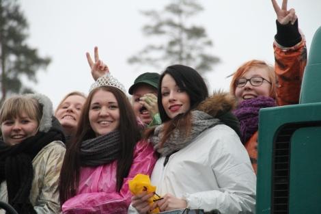 Penkkaririehan päätteeksi Tilun abit pakkautuivat rekkoihin ja kiertelivät ympäri Vantaata karkkeja heittelemässä. Kuva: Antti Pentikäinen.