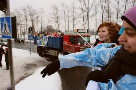 Iloiset abit heittelivät karkkeja itäväntaalaisille. Kuva: Dana Mikhlik.