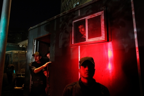 Sotilaat tarkkailevat ohikulkijoita Tahririn aukion kulmalla Egyptin kansannousun aikana 27.1.2011. Kairossa oli mellakkapoliiseja melkein joka kadunkulmassa, tunnelma oli odottava. Kuva: Sami Kero / HS, 27.1.2011