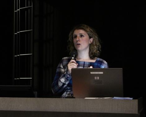 Fatbardhe Hetemaj puhui tilulaisille maahanmuuttopolitiikasta ja kotoutumisesta. Kuva: Janna Virtanen.