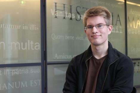 Iiro Kostiainen luki kansalliseen maantiedekilpailuun joululomalla. Kuva: Dana Mikhlik.