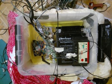 """""""Robotin keskusyksikkö, jossa oikealla akku ja vasemmalla mikrotietokone sekä elektroniikat,"""" Juho Iipponen kertoo. Kuva: Juho Iipponen."""