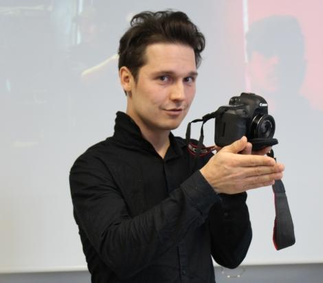 Valokuvaaja Sami Kero kertoi työstään Tuilun opiskelijoille. Kuva: Joona Kamu.