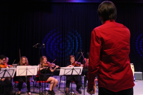 Soittourakkansa ohella Joel (punaisessa paidassa) johti myös orkesteria. Kuva: Antti Pentikäinen.