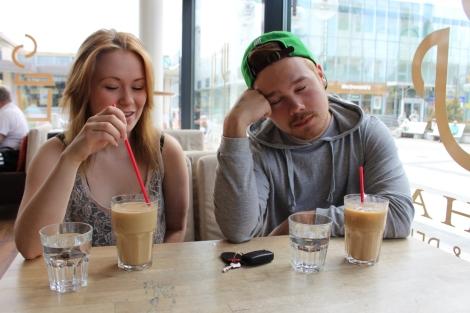 Anette ja Sonny istahtivat kahville ja kertoivat abivuotensa tunnelmista. Kuva: Dana Mikhlik.