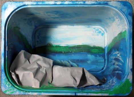 Vilhelmiina Joensuu Tehtävä 4: Missä kuljin kerran Kolmiosainen dioraama, joka toisintaa tekijälle tärkeitä maisemia abstraktin ekspressionismin hengessä. Sekatekniikka kolmeen muovilaatikkoon (3x) 60 x 50 x 40 cm.