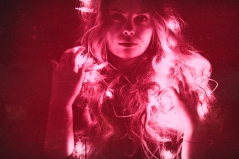 Lauri Klemolan teos Icon koostuu valokuvasta ja väriä vaihtavista led- valoista.