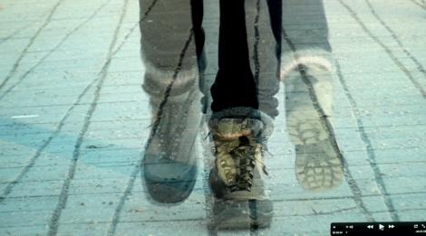 Inka Nieminen Tehtävä 5: Liikkeellä Teos tutkii kävelyn liikettä ja etenemistä (tai paikoillaan pysymistä) fyysisenä ja käsitteellisenä ilmiönä. Yksikanavainen video 4 min.