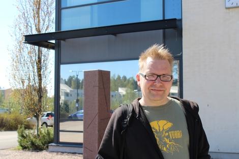 Tuomas Rantanen rohkaisee kaikkia suomalaisia vaikuttamaan omien asioiden hoitamiseen. Hän itse toimii muun muassa kotikaupounginosassaan Roihuvuoressa. Kuva: Dana Mikhlik.