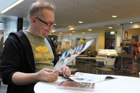Muun muassa Voima-lehden kustantaja tunnettu Tuomas Rantanen tutustui myös tilulaisten mediatuotoksiin. Tarkan katseen alle pääsivät muun muassa Häly sekä Sankariainesta-elokuva. Kuva: Dana Mikhlik.