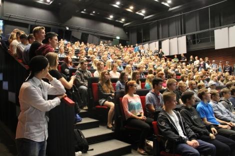 Tilun auditorio on täpötäynnä aamupäivän infotilaisuuksissa. Kuvassa kakkosia. Kuva: Antti Pentikäinen.