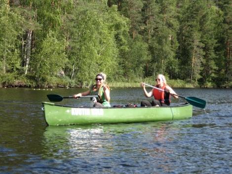 Repopveden kansallispuistossa liikuttiin jalan ja kanooteilla. Kuva: Mika Meller.