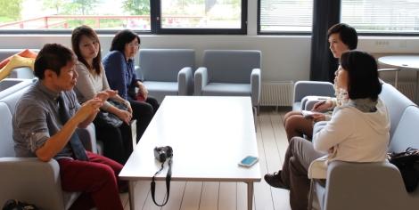 Julia Saari haastatteli singaporelaisia vieraita koulun blogia varten. Kuva: Lauri Kuusisto.