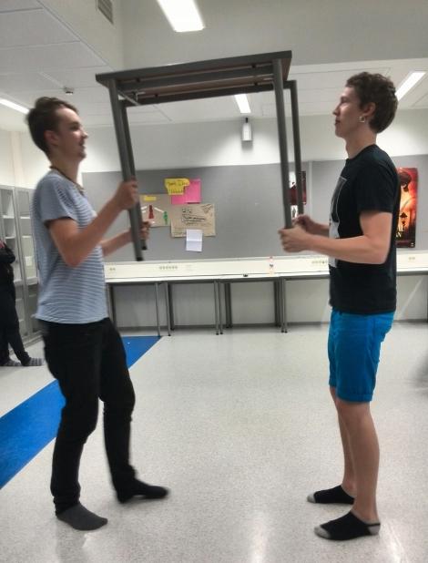Elmo Pellava ja Marius Eklund esittävät sirkuslaisia. Marius oli mukana myös edellisessä musikaalissa. Silloin tosin vain varjokuvana. Kuva: Rebecca Hopkins.