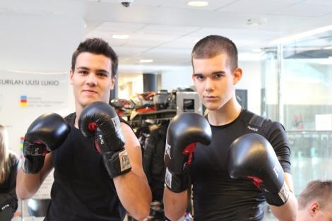 Urheilijapojat valmiina otteluun. Kuva: Pipsa Hämäläinen ja Tua Valtonen