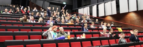 Osa StarWars -viikonlopun osallistujista vilkuttaa juuri ennen elokuvan alkua. Kuva: Antti Pentikäinen.