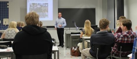 Tasavallan presidentin avustaja Mikko Kortelainen kertoi työstään ja urapolustaan penkkarihuuman keskellä.