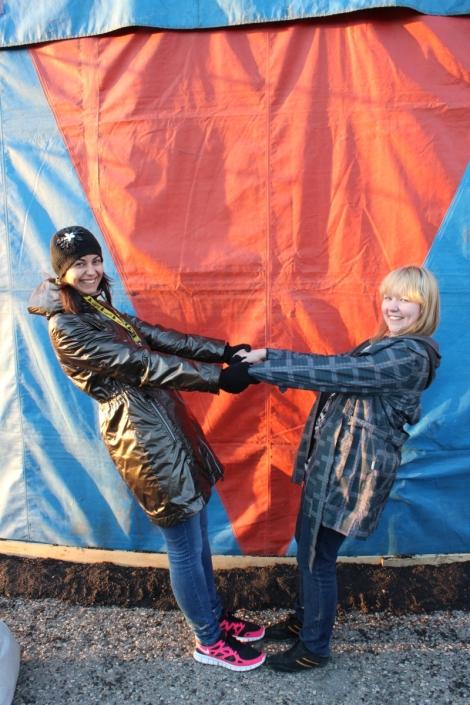 Hoda Shabrokh ja tämän jutun kirjoittaja Tiia Peltonen pelleilevät suuren teltan vierellä.