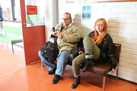 Opettaja Antti Pentikäinen ja entinen tilulainen Iina Mikkonen istuvat Kitisenrannan koulun ruokalan edustalla. Iina on ollut talkoolaisena Sodiksessa useita kertoja.