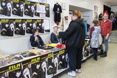 Koulun aulassa on myynnissä mm. julisteita, paitoja, levyjä, leffoja ja kirjoja. Aulassa myös jonotetaan koulun salin näytöksiin.