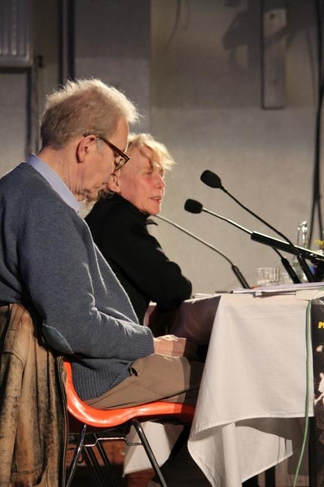Koulun salissa Peter von Bagh haastattelee ohjaajavieraita. Claire Denis on huippuluokan ranskalainen ohjaaja.