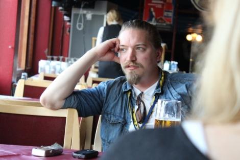 Tiedottaja Eero Tammi ei ehtinyt katsoa festivaalin aikana yhtään elokuvaa, vaikka cinefiili onkin. Kuvassa hän vastailee Hälyn toimittajan kysymyksiin.