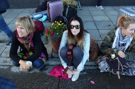 Kurssilaiset odottamassa bussia Rovaniemelle.