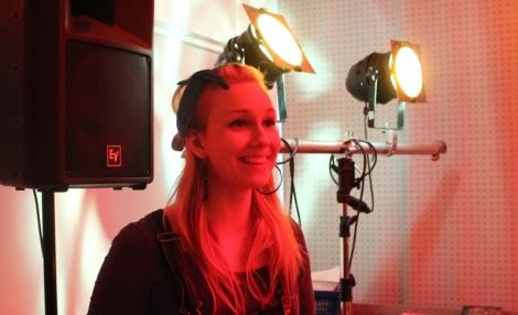 Loistava Emilia Rinne lauloi omaa musiikkiaan alumneille. Kuva: Antti Pentikäinen.
