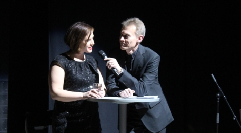 Erkki Ylimäki haastattelee Hemi Abspoelia, joka lauloi opettajien bänsin solistina. Kuva: Antti Pentikäinen.