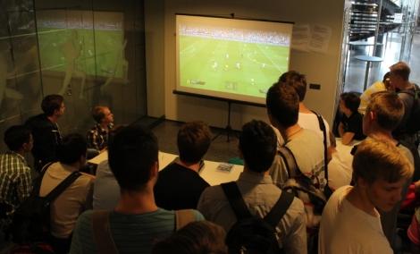 Fifa-turnausta pelattiin Stonegengessä ja Niskavuoressa, mutta finaali tuotiin kaikkien tilulaisten katsottavaksi ala-aulaan. Kuva: Micke Bergström.