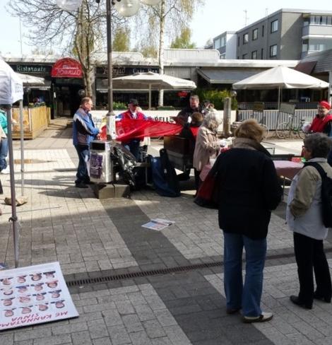 SDP tarjosi vaalisoppaa Tikkuraitilla. Kuva: Elias Pylväläinen.