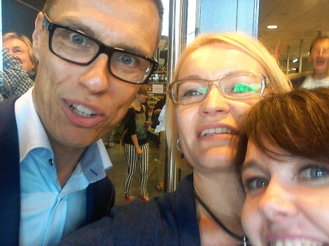 Pääministeri Stubb poseeraa Eeva Kantolan ja Minna Katteluksen kanssa. Selfie: Eeva Kantola.