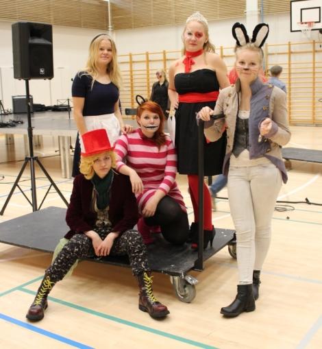 Liisa ja muut ihmemaalaiset. Kuva: Antti Pentikäinen