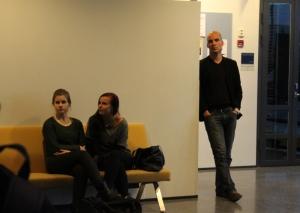 Myös rehtori Ranki tarkkaili tilannetta aulassa. Kuva: Sami Uhre.