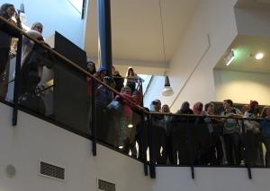 Flash mob keräsi aulan täyteen hämmentynyttä yleisöä. Kuva: Sami Uhre.