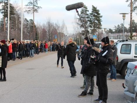 Kuvausten lomassa tilulaiset pääsivät seuraamaan ammattimaisen kuvausryhmän toimintaa. Kuva: Antti Pentikäinen.