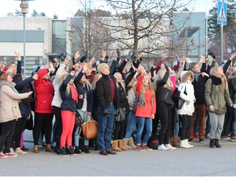 Tilulaisia saapui kuvauksiin ainakin 300. Bongaa julkkis! Kuva: Antti Pentikäinen.