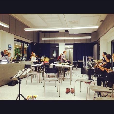 MUS25-kurssiin kuului sekä musisointia että taiteesta keskustelua. Kuva: Emilia Luosto.