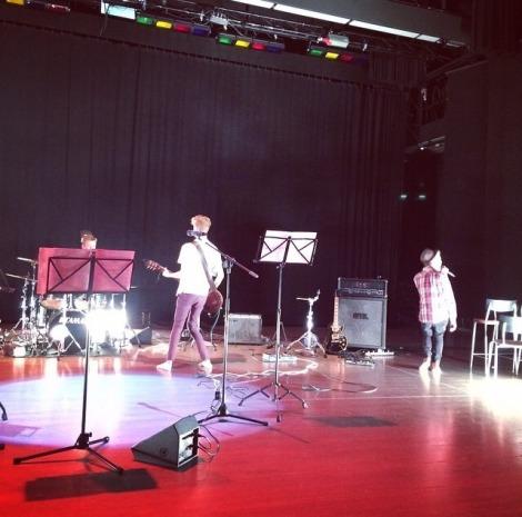 MUS25-kurssi huipentui konserttiin, jonka kappaleet oli valittu kurssin aikana. Kuva: Emilia Luosto.