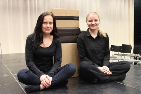 Katariina ja Iida olivat tyytyväisiä suoritettuaan teatterin lukiodiplomikurssin. Kuva: Antti Pentikäinen.