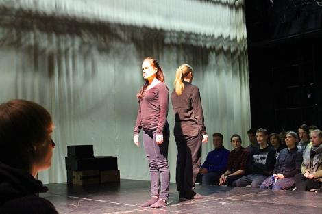 Diplomiesitys järjestettiin auditoriossa, jonka lavalle oli rakennettu intiimi studioteatteri. Yleisö ympäröi lavan kolmelta suunnalta. Kuva: Antti Pentikäinen.