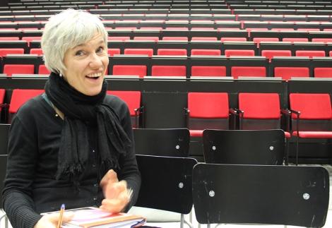 Äidinkielen ja kirjallisuuden sekä teatteri-ilmaisun opettaja Satu Kiiskinen vastaa teatterin lukiodiplomikurssista. Jos teatterin tekeminen kiinnoostaa, puhu Satulle! Kuva: Antti Pentikäinen.