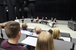 Yleisö keskittyi hiiskumatta ehdokkaiden puheisiin, vaikka osa panelisteista taisi unohtaa puhuvansa lukiolaisille. Kuva: Antti Pentikäinen.